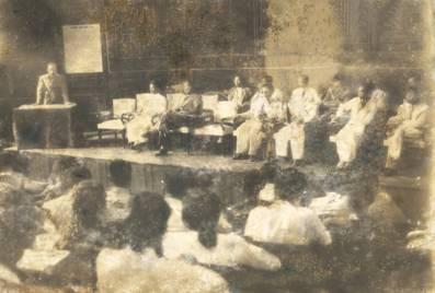 Hồ Chủ tịch nói chuyện với các học viên nhân buổi khai mạc lớp huấn luyện Bình dân học vụ khóa Hồ Chí Minh năm 1945.