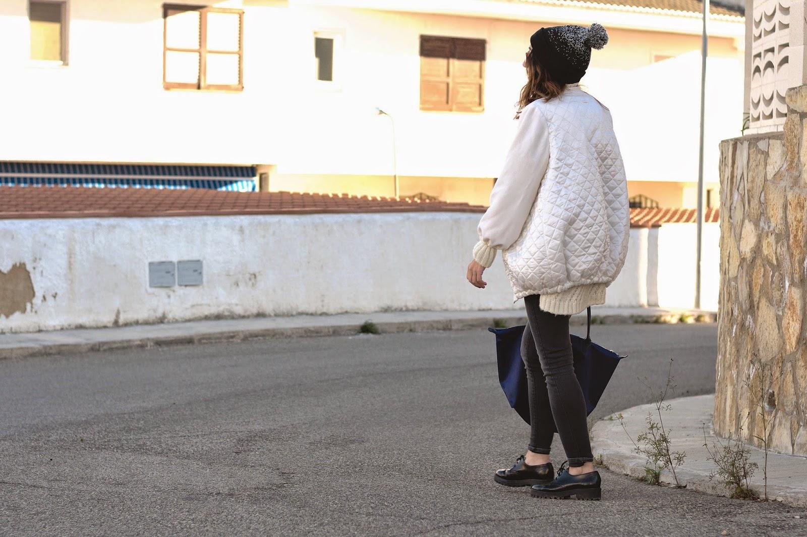 Bomber Ay, lola; Jersey Zara; Jeans Mango; Gafas de sol Mr Boho by Jaime Beriestain; Bolso Longchamp; Beanie Urban Outfitters; Zapatos Urban Outfitters
