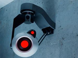 No se necesita ser Jason Bourne para eludir a un ordenador que nos vigila a través de las imágenes de una cámara de video. Basta con cruzarse con alguien que se nos parezca, aunque sea vagamente, y la máquina probablemente seguirá otra pista. Sin embargo esta posibilidad de «engañar al «vigilante podría llegar a su fin después de que investigadores de la Universidad de Michigan (EE UU) hayan encontrado el modo de mejorar en más del 30 por ciento la precisión del software de seguimiento de las personas. El truco: que la máquina observe no solo adonde se dirige un
