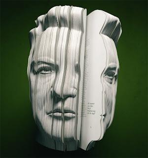 صورة للويس فان غال (لاعب كرة قدم سابق) منحوتة على كتاب على شكل الوجه