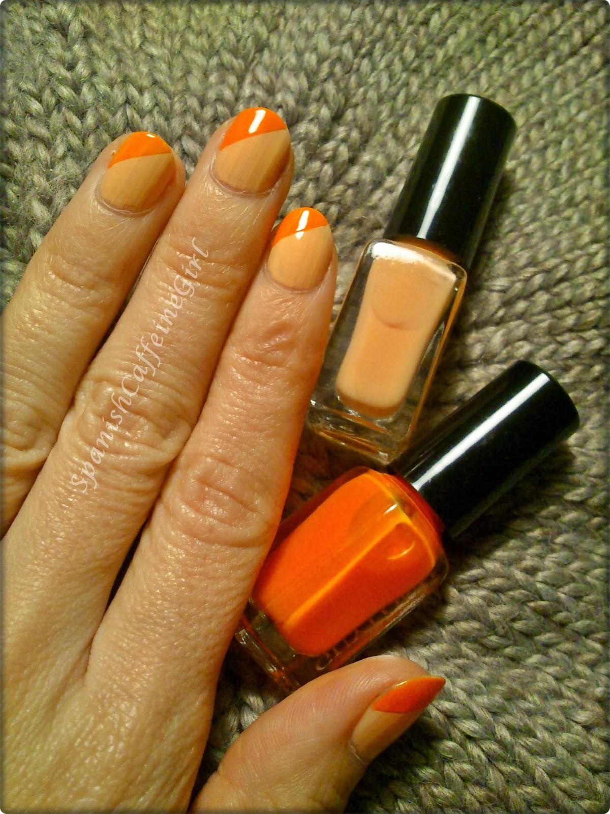 uñas con una capa de esmalte naranja claro y otra naranja