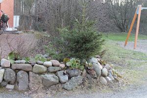 Luonnonkivistä kiva kivipenkki pihaasi