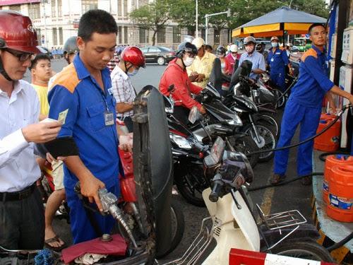 Giá xăng dầu bất ngờ tăng 400Đ/Lít