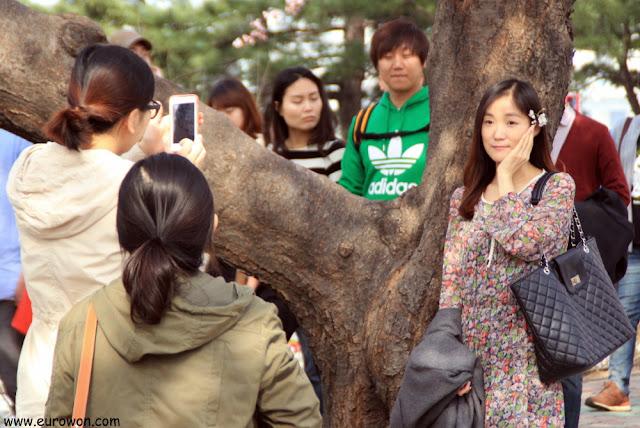 Chica coreana posando con flor en el pelo