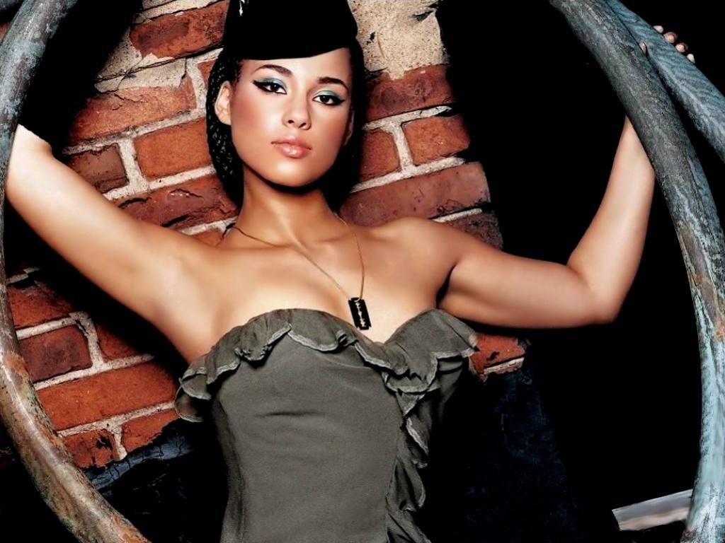 Sexy Alicia Keys Gallery of Hot Pics &
