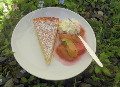 Mandelkuchen mit Rhabarber-Waldmeister-Kompott