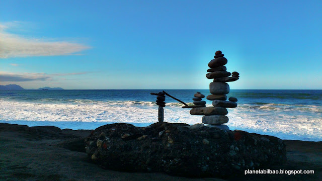 piedras en equilibrio, playa de Aizkorri, stone balancing, land art, Planeta Bilbao