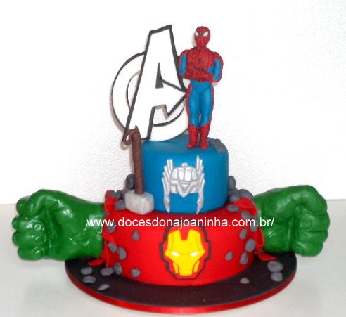 Bolo decorado Vingadores com Homem Aranha, logo, máscara do Homem de Ferro, elmo e martelo do Thor e soco do Hulk
