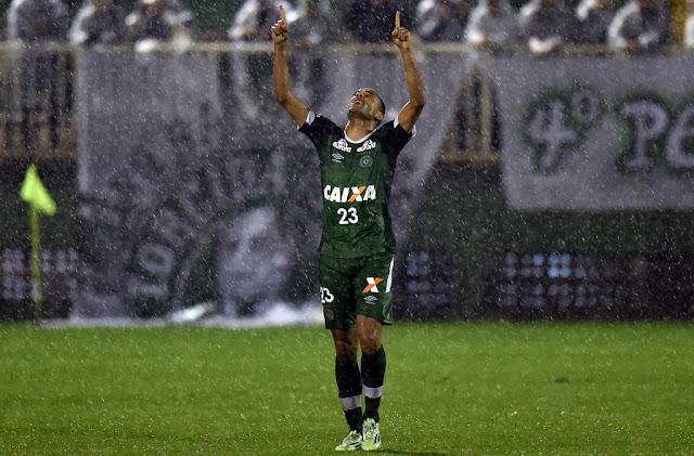 O atacante Roger cobrou pênalti no fim do primeiro tempo e encaminhou a vitória da Chapecoense (Foto: Nelson Almeida/AFP)