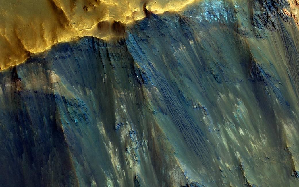 Los cráteres de impacto exponen los materiales del subsuelo en las empinadas laderas de Marte.