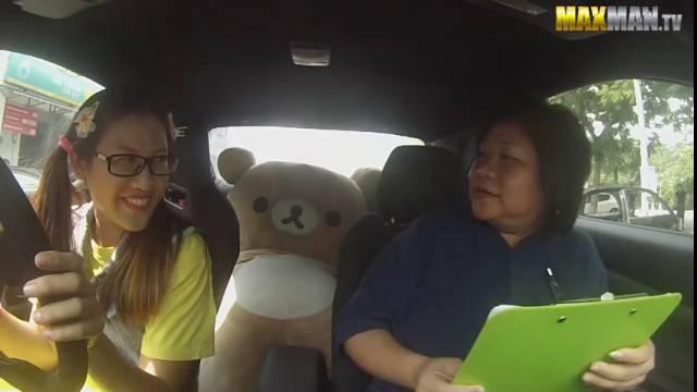 Une pilote professionnelle piège des professeurs d'auto école