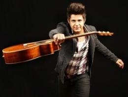 Cristiano Araújo canta com Latino