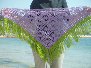 Mantilla morada y verde de crochet