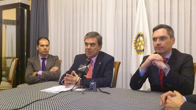 Alvaro Muñoz en el centro y CArlos Arruti de la Caixa