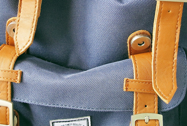 bolso da frente da mochila herschell supply & co azul com listras de couro