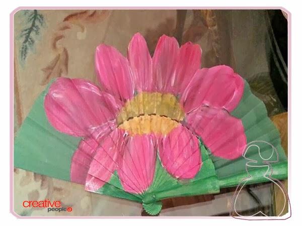 Abanico pintado a mano por Sylvia López Morant modelo Flor.