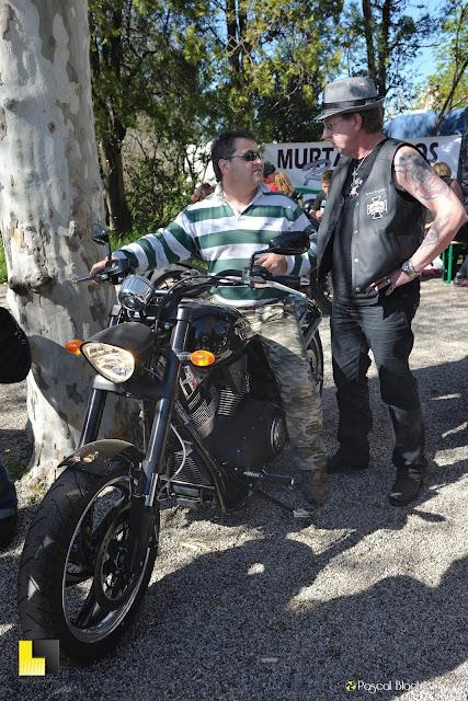 pascal blachier blachier pascal Alain relin présente une moto victory à patrick fauriel photo pascal blachier au delà du cliché