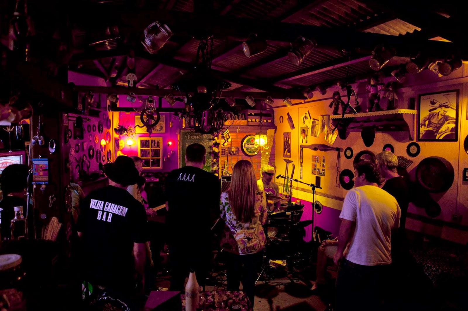 Interior da Velha Garagem Bar - Curitiba
