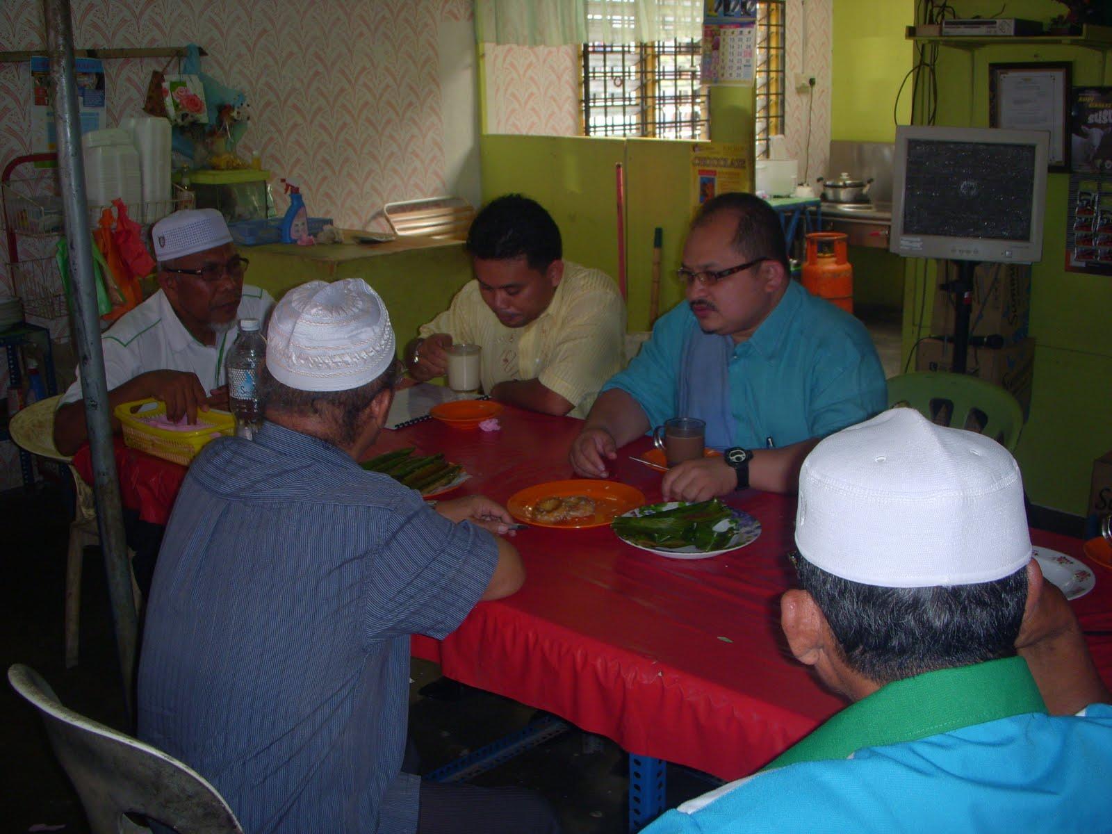 Dia cukup gembira bertemu Suhaimi Said dan Kak Hendon Kami menghabiskan masa 3 minggu di kawasan Felda di Hulu Selangor semasa PRK Hulu Selangor dahulu