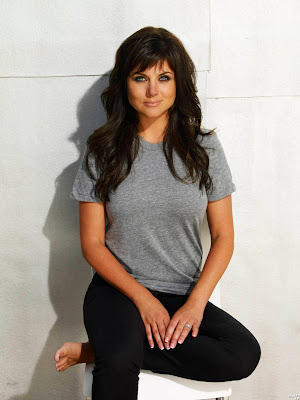 Tiffani Thiessen in Simple T Shirt Wearing Ring in Left Hand