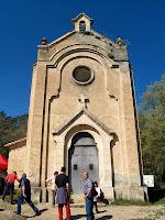 La façana principal, molt treballada, de la capella de Sant Roc