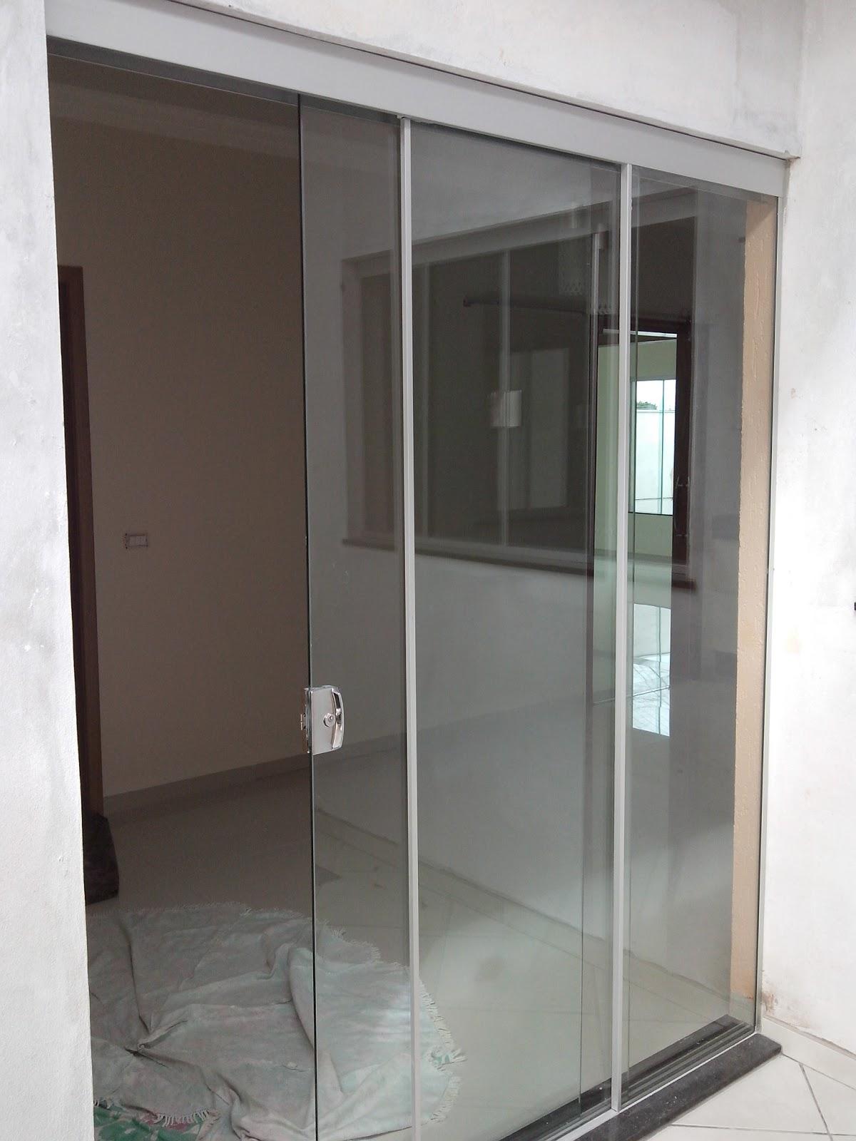 #786653 Porta No sistema Versatik para uma maior abertura 1610 Vidros Para Janelas Guarulhos