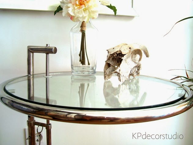 Comprar mesa auxiliar vintage original. Mesitas de dormitorio estilo retro diseño Eileen Gray modelo E-1027