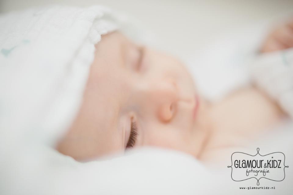 newborn baby wimpers fine art fotograaf apeldoorn slapen glamourkidz nederland voetje macro