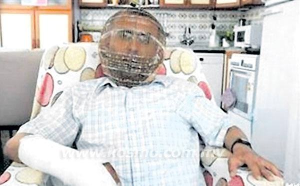 SEORANG lelaki Turki memakai sebuah sangkar kepala yang dicipta khas untuk berhenti merokok.