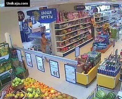 Wanita Bugil Berlari Tertangkap Kamera Membeli Vodka
