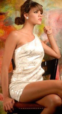Giselle Patrón posando sentada y de perfil