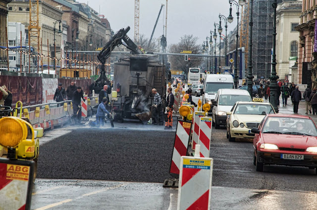 Baustelle Asphaltarbeiten, Unter den Linden, Am Zeughaus, 10117 Berlin, 10.12.2013