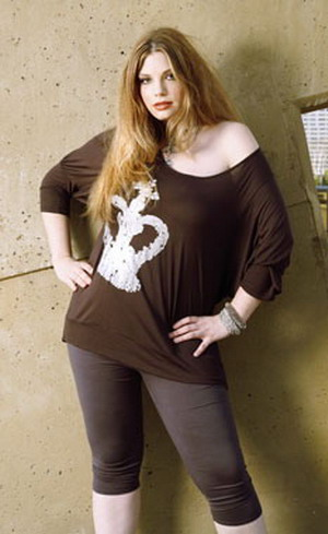 Plus size leggings can make a woman look great and feel comfortable,  provided the following fashion tips are followed.