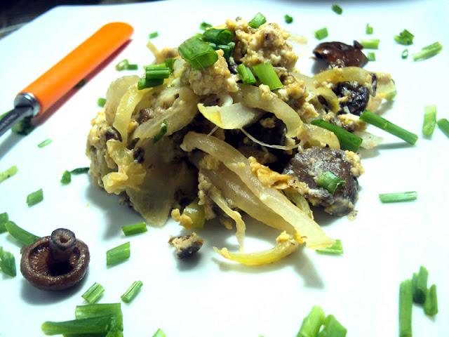 Jajecznica na rydzach z cebulą, szczypiorem