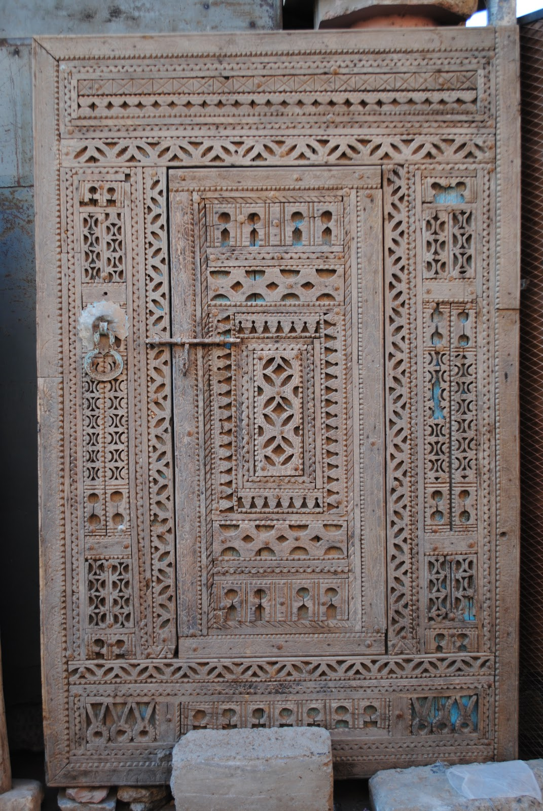 ... many shops to check out and compare, perhaps one of the best is Bazaar  & Decoration sur Bois - No.436 / 437. It boasts an impressive selection of  doors, ... - Buying Antique Moroccan Doors At The Marrakech Flea Market - Bab