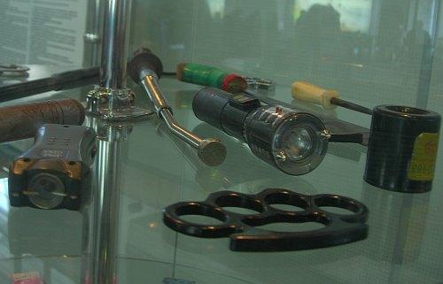 фото Кастеты, телескопические дубинки, электрошокеры, заточки - запрещены для провоза в самолёте