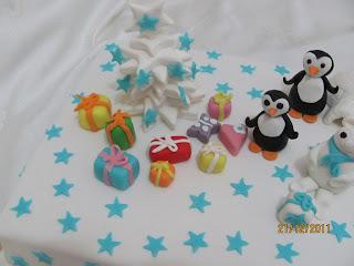 Penguenli ve hediye paketli pasta
