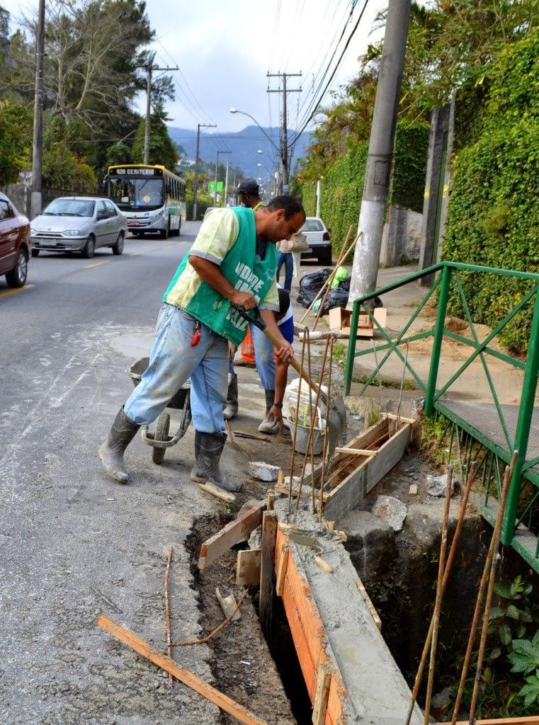 Como medida de proteção, está sendo reconstruída, na Rua Tenente Luíz Meirelles, no Bom Retiro, uma nova mureta de concreto