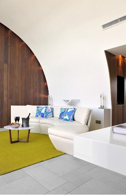 Sixties Stil in Himmelblau-Rot-Ocker von Christophe Pillet im Hotel Sezz, Saint-Tropez