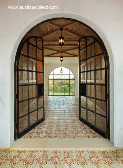 Puerta bajo arco en un sector de residencia estilo Spanish Revival en Estados Unidos