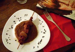 Spiedini di pollo speziati con crema di tè e datteri