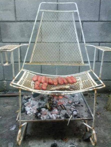 Aquela cadeira velha jogada no quintal também pode servir de churrasqueira