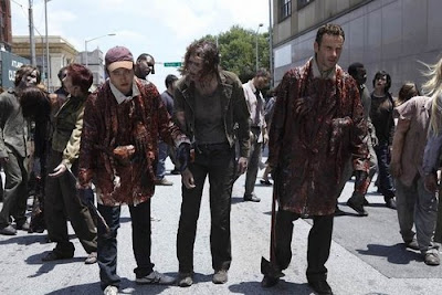 Rick e Glenn si cospargono di sangue per mimetizzarsi tra gli zombie e sfuggire alla loro fame