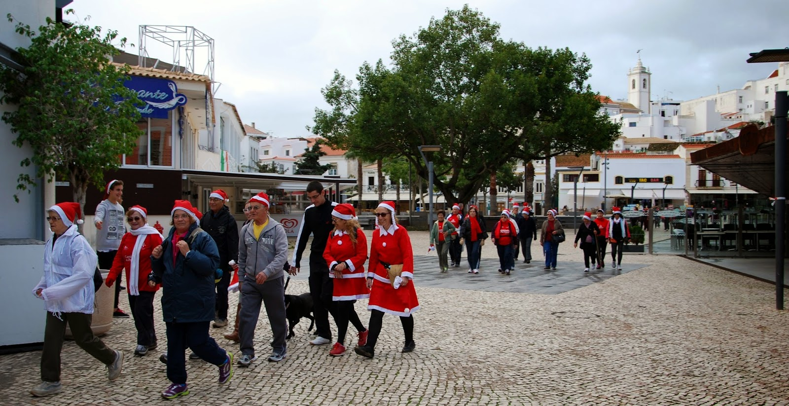 забег санта клаусов, албуфейра, праздники португалии