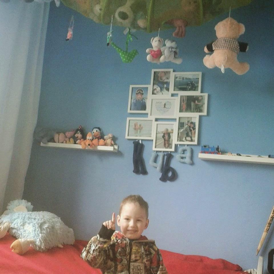 Zagospodarowanie ściany nad łóżkiem w pokoju dziecka