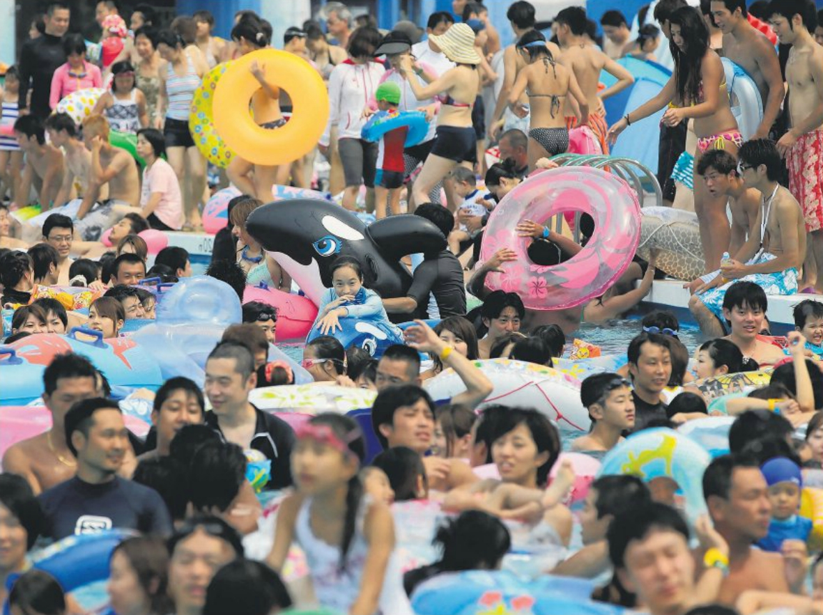 Mass cooling-off in Tokyo - the mercury topped 40 ºC for the first time in Japan since 2007