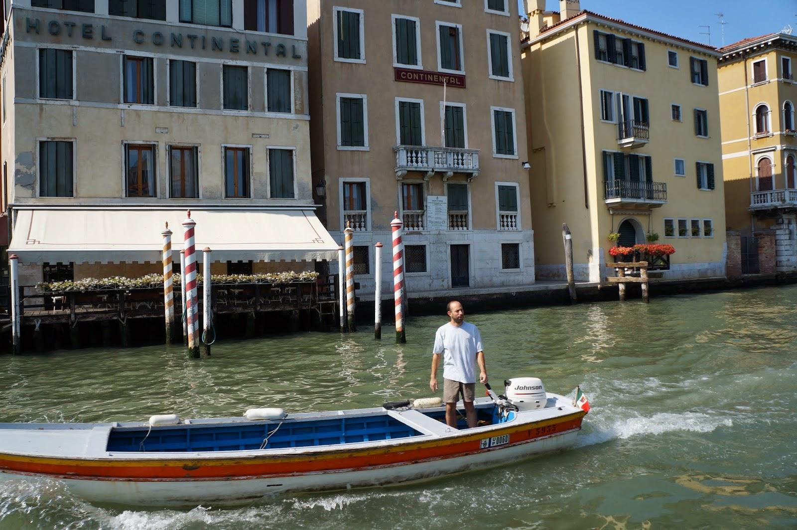 На чем плавают по Венеции