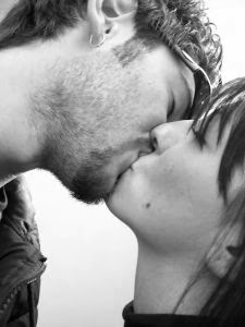 Chico y chica se besan, ¡éxito!