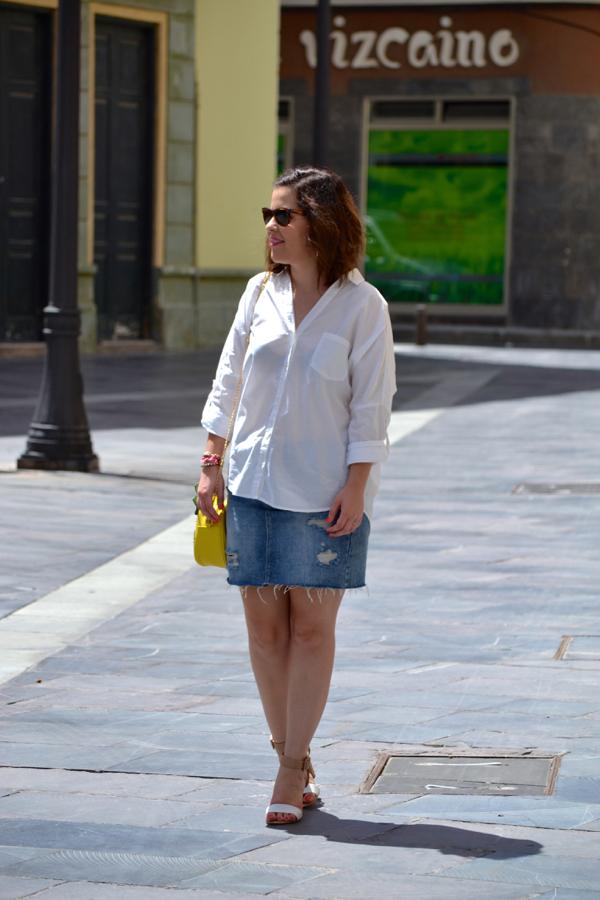 look_falda_vaquera_camisa_blanca_oversize_bolso_piña_lolalolailo_06