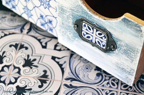 Cajón pintado de blanco y azul